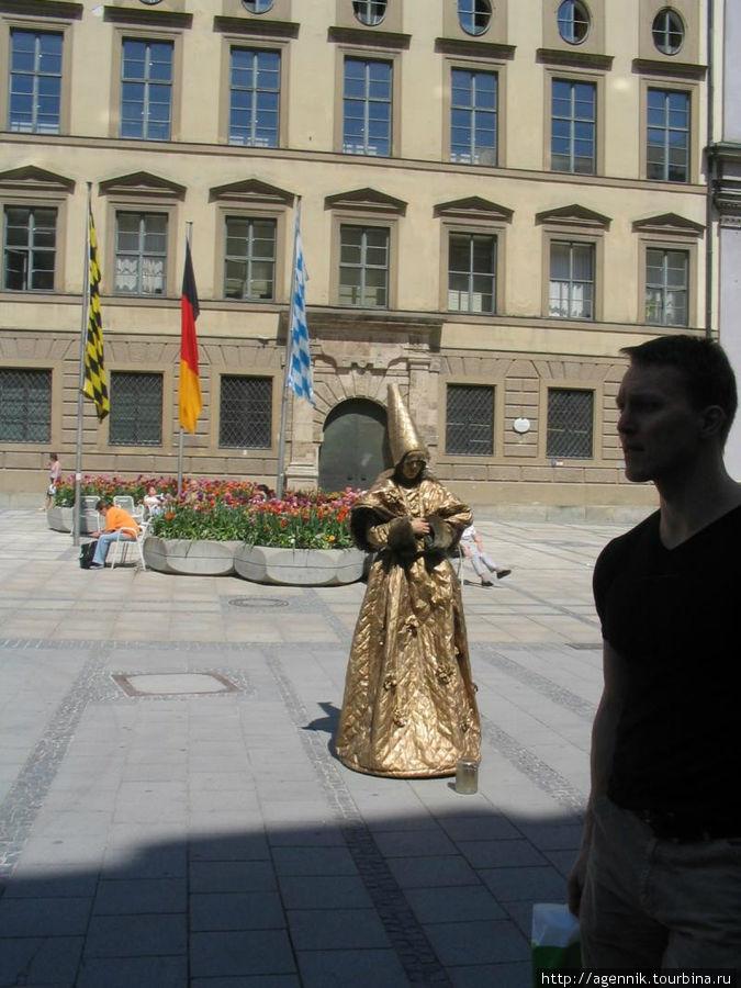 Живая скульптура на Кауфингерштрассе