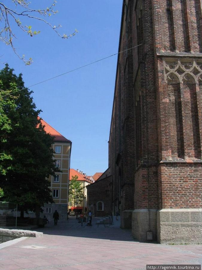 Кирпич был выбран из-за удаленности каменоломен от Мюнхена
