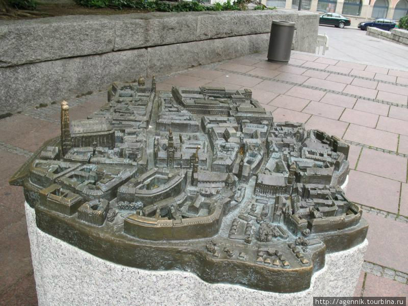 Бронзовая модель Мюнхена возле собора