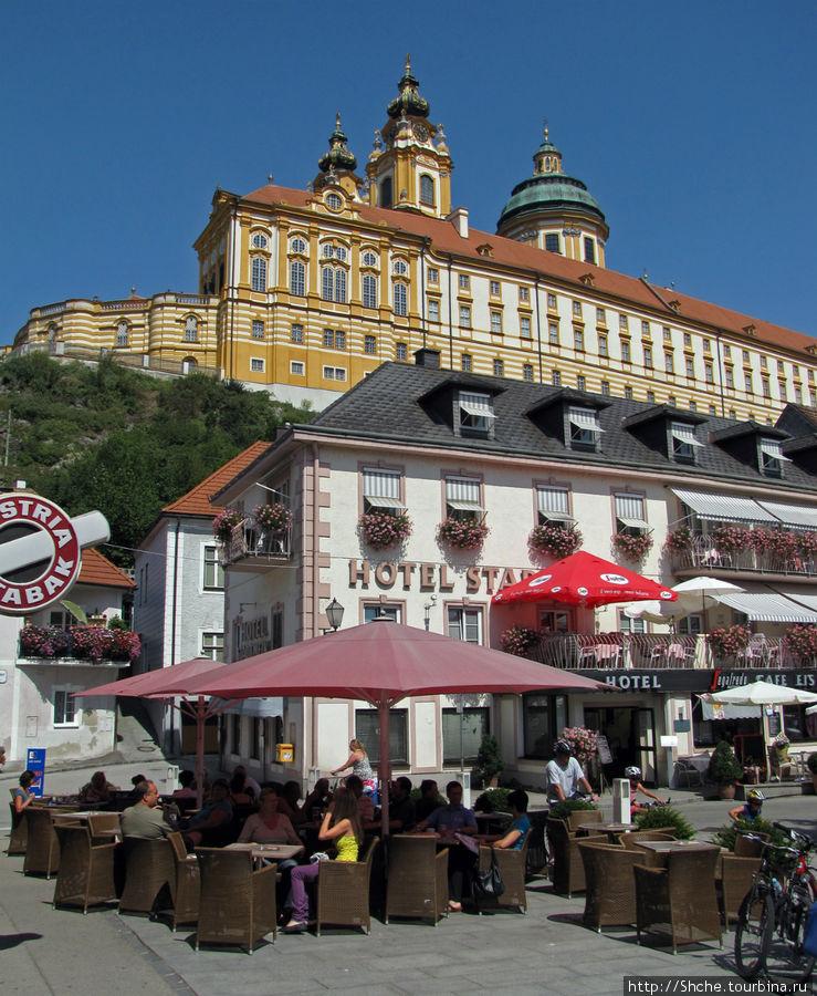 центральная площадь Hauptplatz, где в кафе на улице с отличным видом на монастырь и пообедали