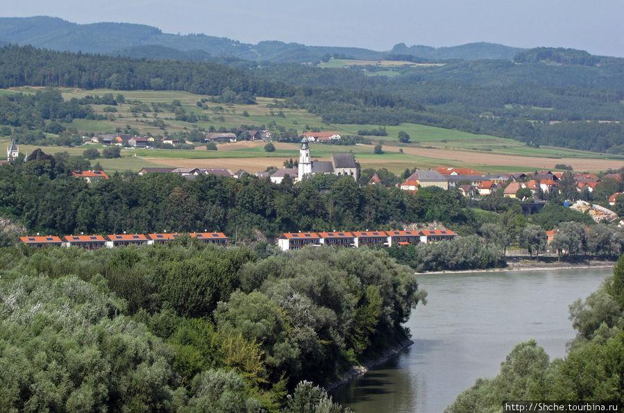 вид со стен аббатства на левый берег Дуная