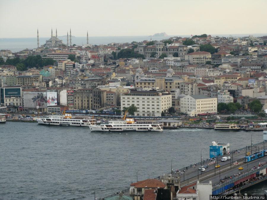 На фото в центре корабль отходит от пристани Эминёню, справа внизу — Галатский мост.  Вид с Галатской башни.