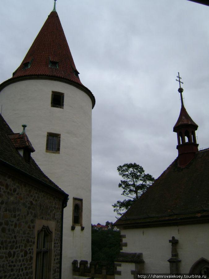 Башня-донжон возвышается над замком.