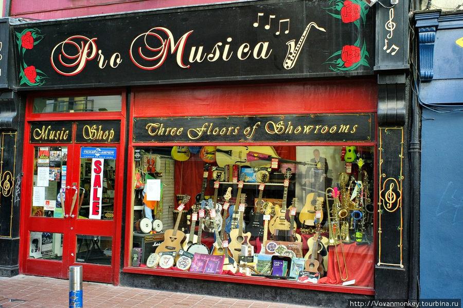 Музыкальных магазинов немало. Очень музыкальный народ.