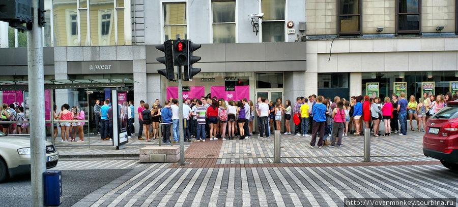 Не знаю, что давали: или Джедвардс приехали раздавать автографы или какой-нибудь гигант выкинул в продажу розовый девайс. :)