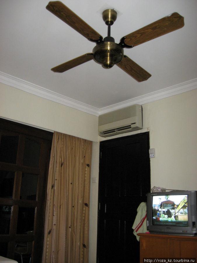Системы охлаждения в номере (кондиционер и вентилятор). Дверь в смежный номер заперта. Можно снять 2 номера сразу и в этом случае дверь можно открыть.
