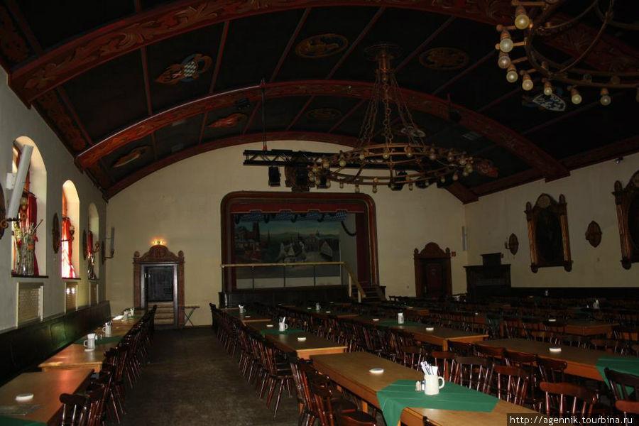 Большой зал на поверхности ресторана