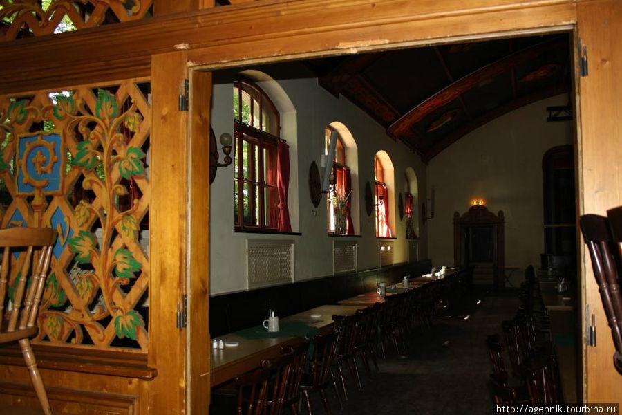 Деревянная резьба придает немного сельский вид ресторану