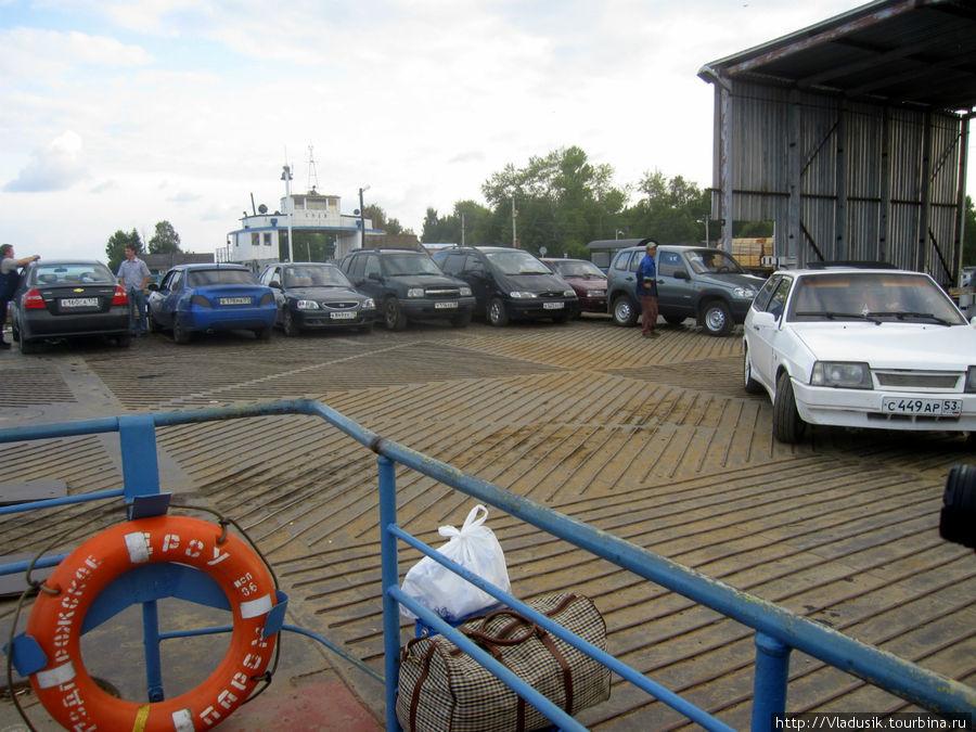 Машины паркуются на паром