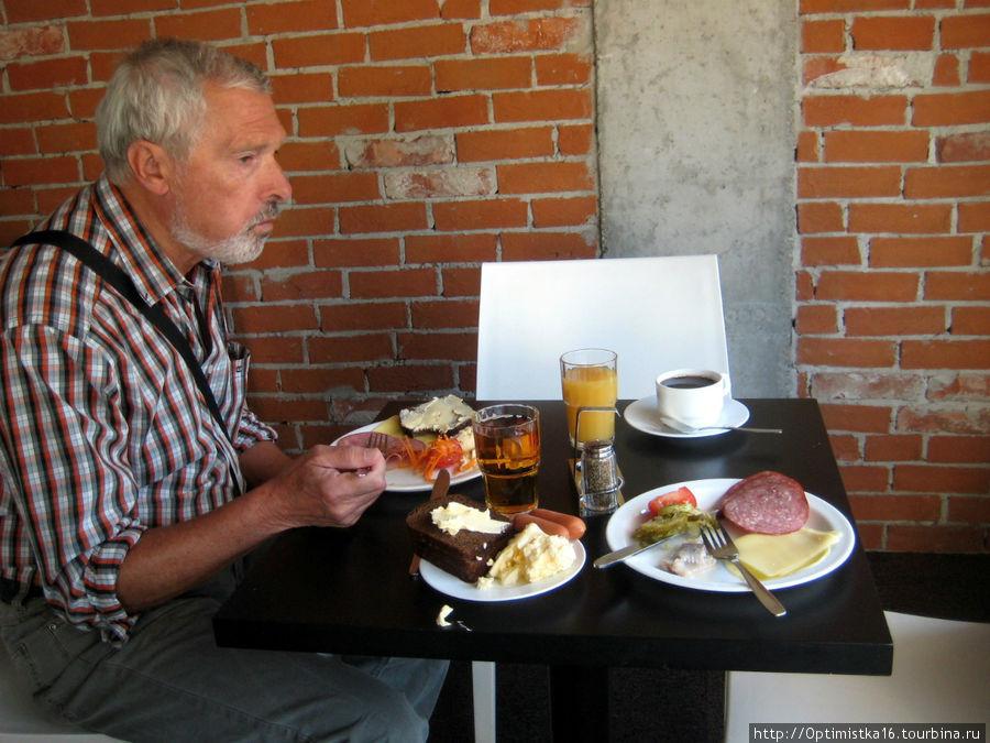 На завтрак можно взять довольно разнообразные продукты: несколько сортов колбас и сыров, сосиски и омлет, соки, чай, кофе. И всё в любом количестве.