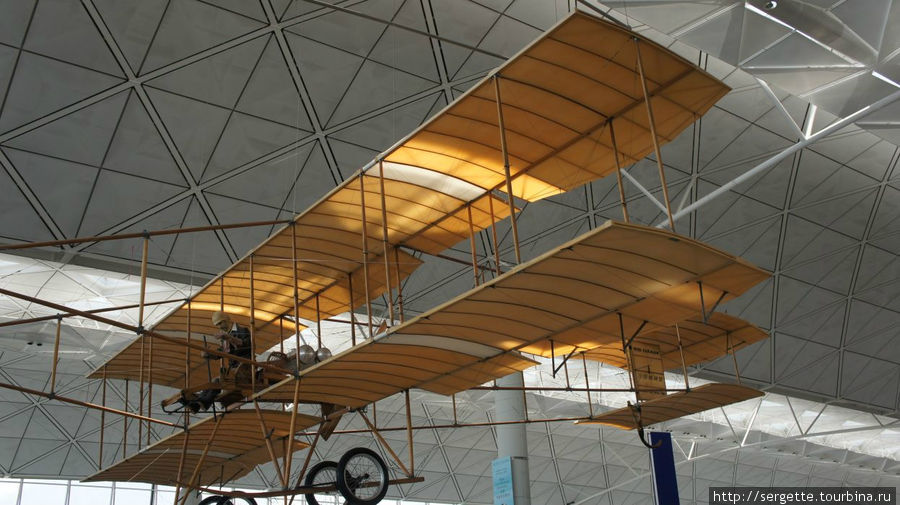 Farman 1910 под потолком Гонконгского аэропорта