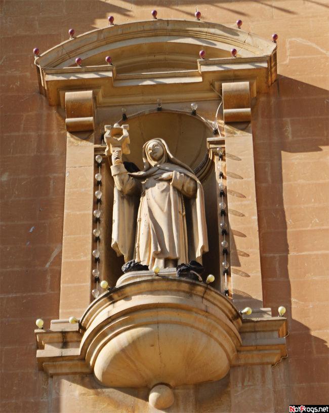 Статуя на фронтоне церкви Sacred Heart