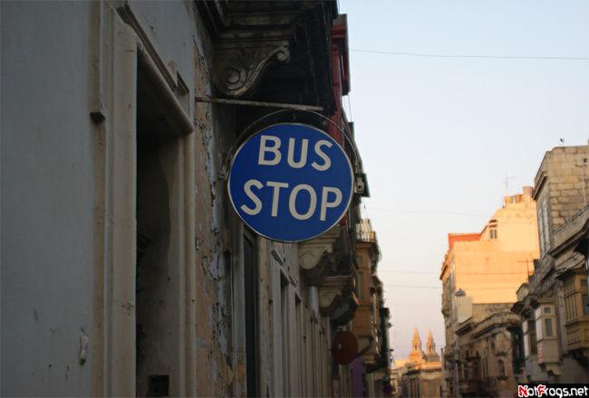 Автобусные остановки на Мальте выполнены в минималистическом стиле!