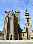 Готический Собор Святого Духа по легенде был построен королевой Элишкой в 1307 году, справа от него — Белая Башня (1580)