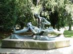 Поразило, что в городе много различных скульптур. Вот одна из них: то ли она уснула, то ли в неге, а может, как Дездемона...