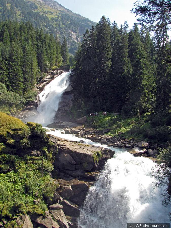 Верхние каскады, здесь уже виды разбиваются на фрагменты, видны куски реки и каскады, но нет целостного.