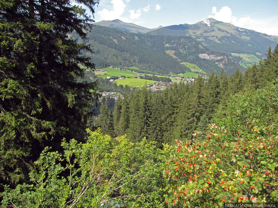 Но с верху открывается отличный вид на долину и деревушку Кримль