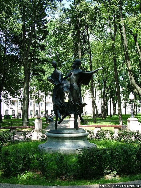 В парке Национального театра оперы и балета