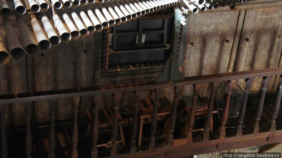 Трубы бамбукового органа и внизу место для органиста