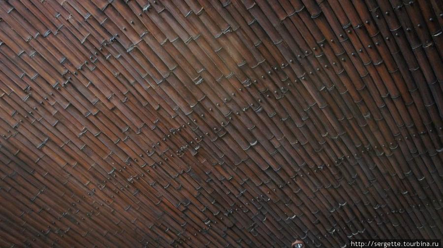Даже потолок бамбуковый