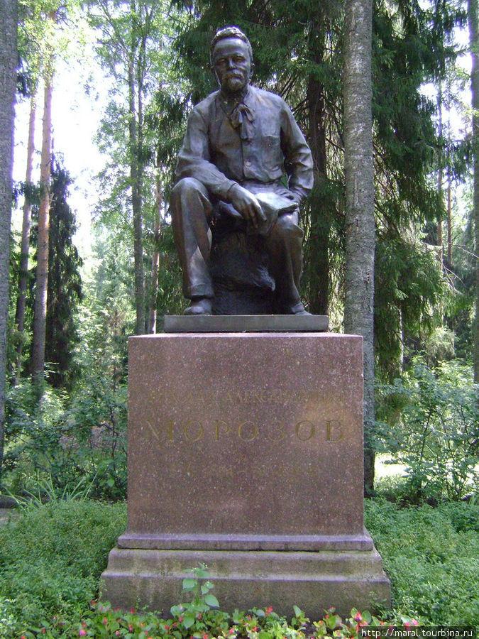 Памятник Н.А.Морозову установлен в парке на его могиле в 1954 году к 100-летию со дня рождения выдающегося учёного и революционера