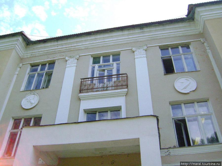 Один из главных институтских корпусов с водной тематикой на фасаде