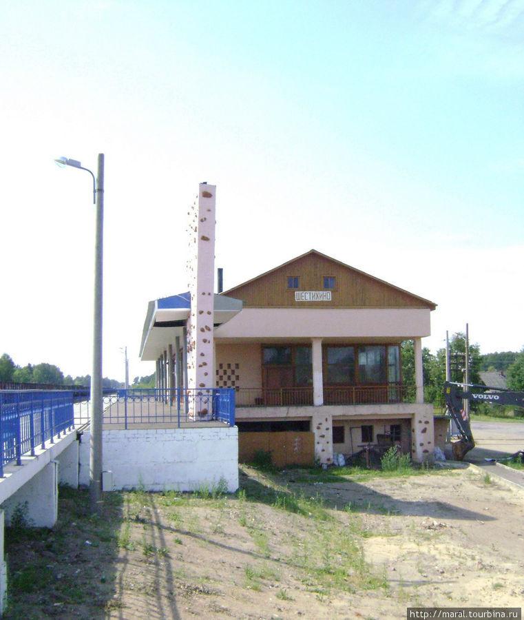 Оригинальный железнодорожный вокзал на станции Шестихино, откуда начинается дорога на Борок, был построен стараниями И.Д. Папанина в 1959 году