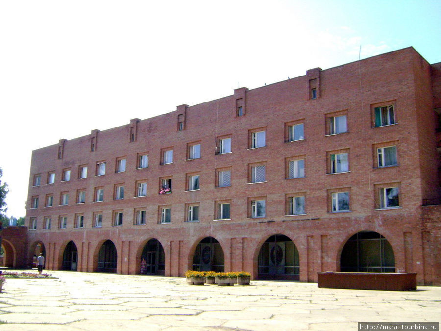 В этом здании на первом этаже находятся музей природы и музей художника-археолога Ф.Г.Солнцева