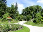 Сад содержится в идеальном порядке, хотя немного кажется простоватым