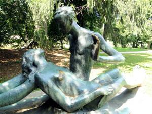 В саду обнаружила весьма примечательную скульптуру — автор неизвестен. Вот и думай, что он этим хотел сказать. Такое впечатление, что девушке стало плохо, и юноша этому очень удивился...А может, это современная интерпретация шекспировского