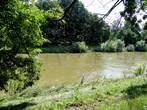 Речка Орлице — немного мутная, но очень спокойная — течет слева