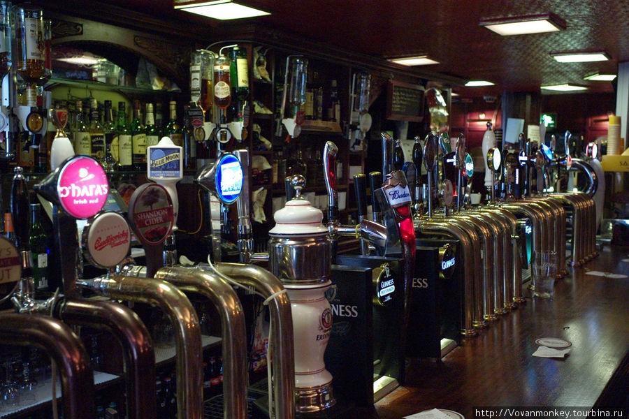 Пива насчитал сорок краников: 25 здесь и 15 за углом, барная стойка поворачивает.