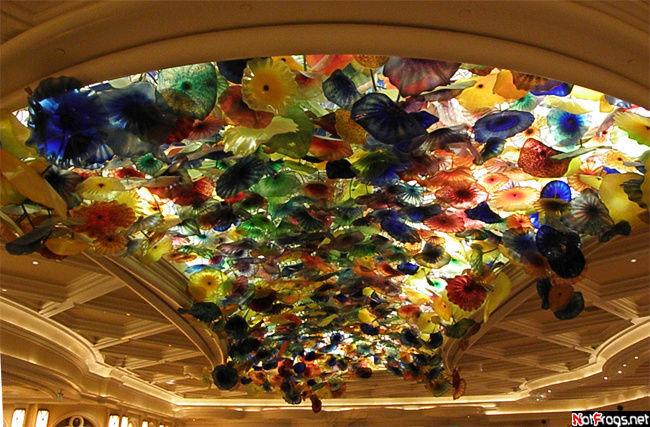 Этот потолок, сделанный художником Дейлом Чихули, стоит 3.000.000$!