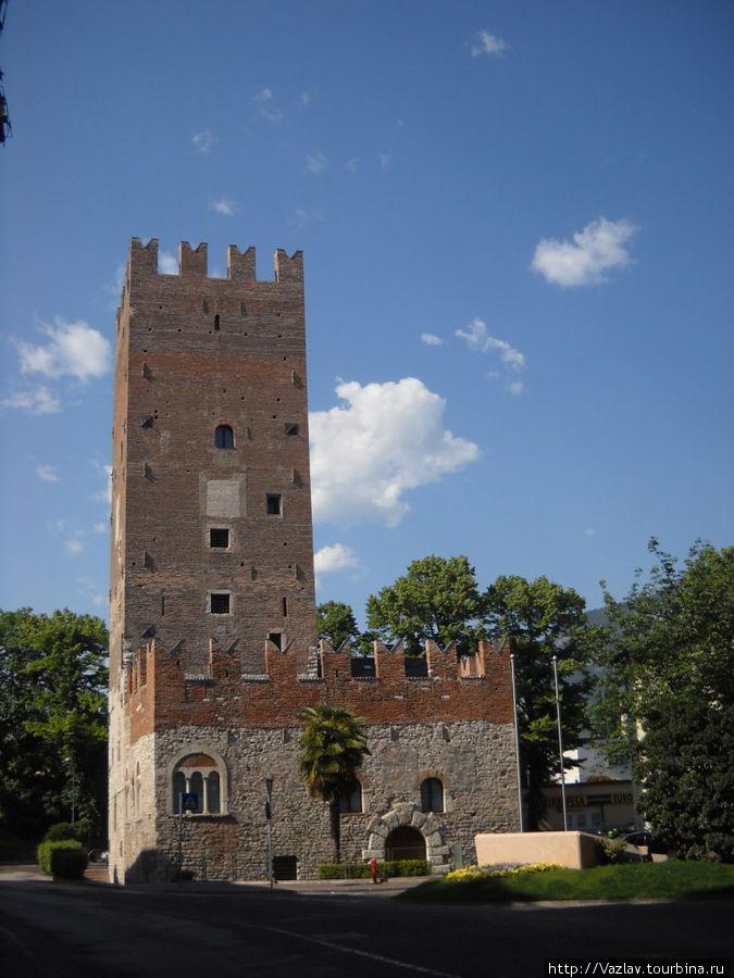 Башня и остатки укреплений