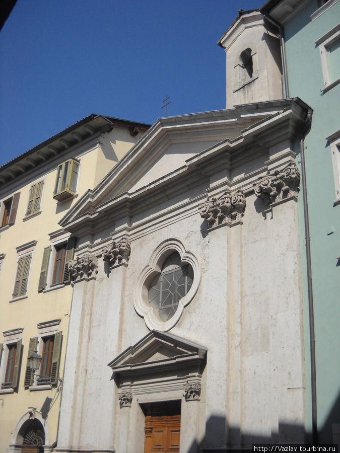 Скромный фасад церкви