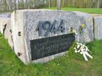 Надпись на камне: эстонский народ чтит своих сыновей, погибших в оборонительном сражении. Политкорректно, да.