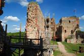 Вид со стороны внутреннего двора на стену и башню.