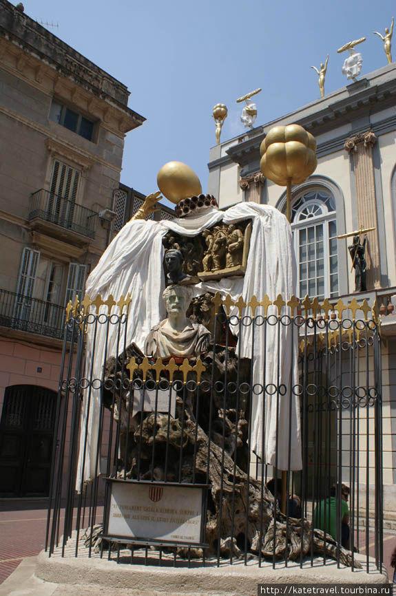 Памятник гению каталонско