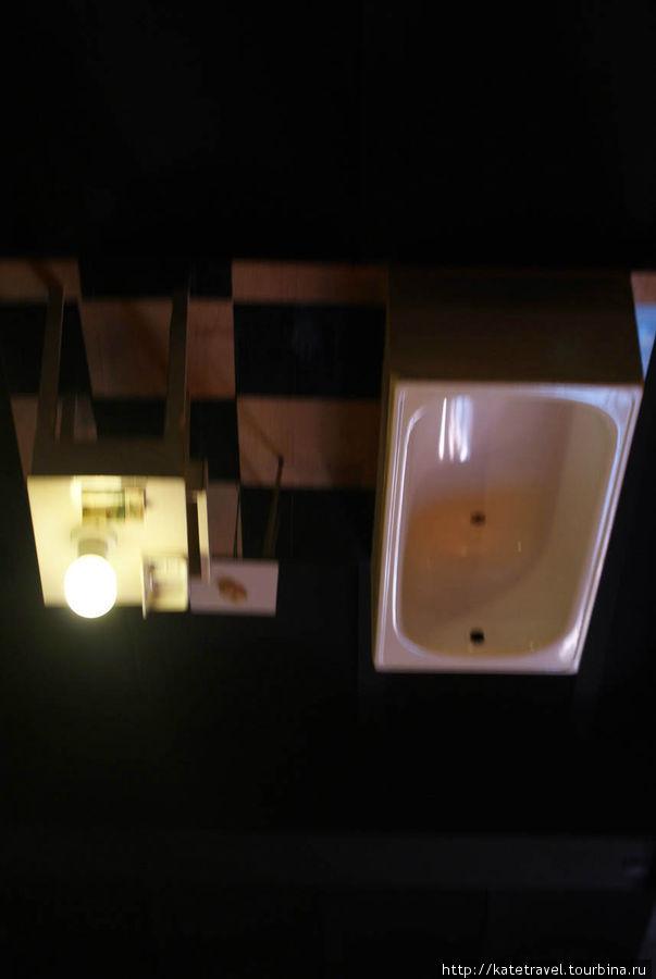 Дном вверх дном в прямом смысле слова: ванна на потолке