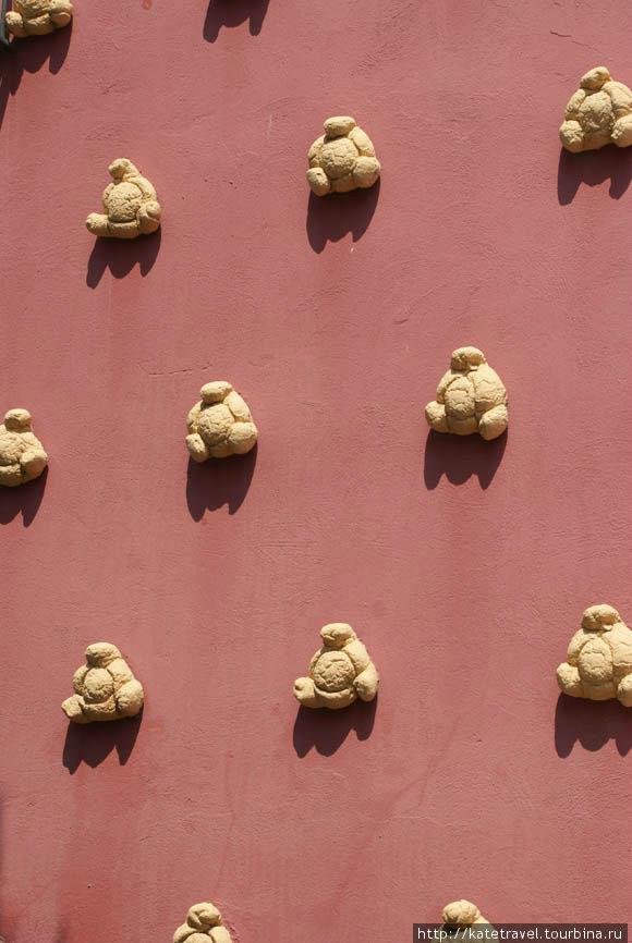 Украшения на стенах музея-театра в виде хлебных булочек