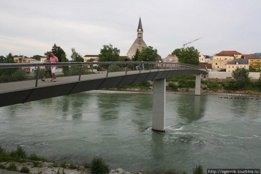 Пешеходный мост — построен недавно, в 2006 году
