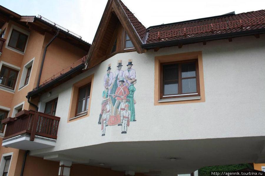 Такие росписи здесь очень часто встречаются на стенах