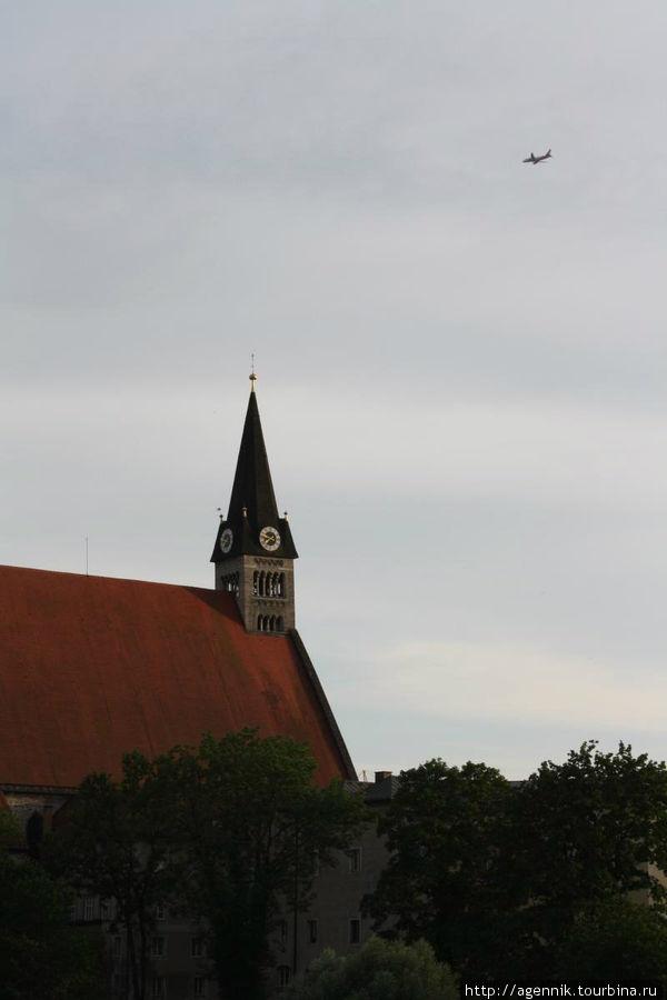 Вид на Соборную церковь — виден самолет над городом