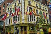 Тот же район — Темпл бар, средоточие пубов. И не менее фотографируемое заведение — The Oliver St.John Gogarty