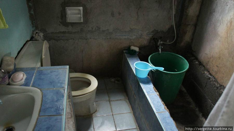 Санузел за шторкой. На филиппинах это нормально и туалет смывается из ковша.
