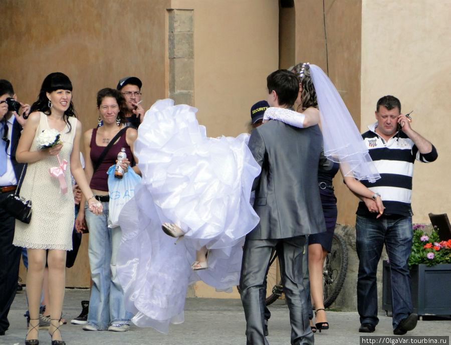 Не так просто поднять невесту...