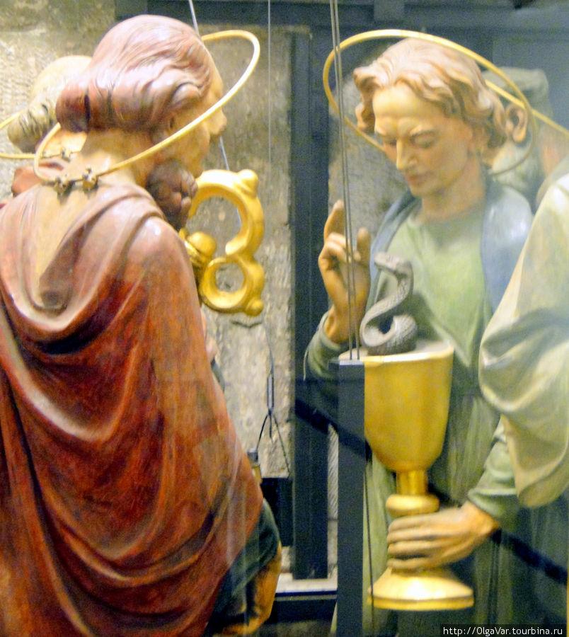 Те самые фигурки апостолов, которых так дожидаются туристы