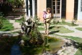во внутреннем дворике фонтан и дорожки