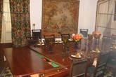 обеденный зал с припрятанным бильярдом