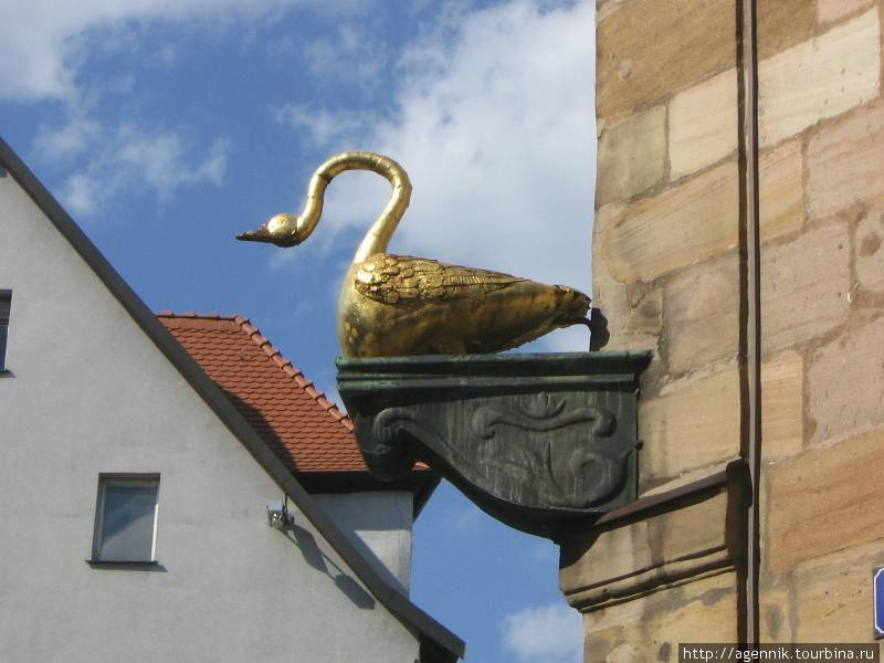 Скульптура золотого гуся